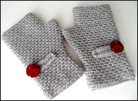Mitones de lana grises con botón rojo / El rincón de los hilos ...