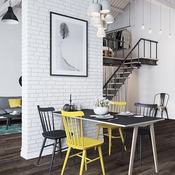 Ambiente super jovem e despojado! O loft todo decorado com a combinação preto amarelo e cinza além de LINDO é todo moderninho. E copiar a décor pode ser muito fácil: uma cadeira Tolix uma cama de pallet um papel de parede de tijolinhos brancos vários pendentes... Ah! Um sonho não acham? #mobly #moblybr #instahouse #instahome #instadecor #homedesign #home #casa #interiordesign #decoração #decoracaodeinteriores #decorar #decor #homesweethome #inspiration #inspiração