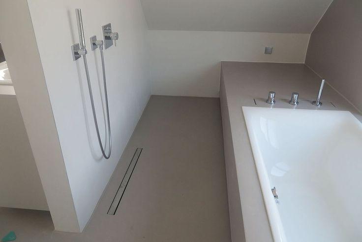 Bodengleiche dusche neben badewanne moderne badkultur w nde fugenlos aus zement gespachtelt - Duschwand fugenlos ...