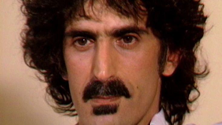 Er war ein hochtalentierter Musiker und hellsichtiger Kritiker seiner Zeit: der amerikanische Rockmusiker Frank Zappa. In seinem Dokumentarfilm beleuchtet Thorsten Schütte anhand von selten gezeigten Fernsehinterviews und Bühnenauftritten die Facetten des Frank Zappa.