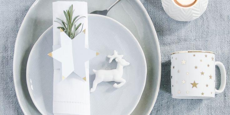 Kersttafel klaar, genieten maar!'s Middags lekker knutselen, 's avonds genieten van je kersttafel met persoonlijke touch. Dat is extra feestelijk dineren! Dit heb je nodig: Lichtblauw karton 200 grams € 0,60 per vel, goudverf € 3,75 (Pipoos). Zo maak je het: Print de werktekening en knip de vorm tweemaal uit op het karton. Knip de…