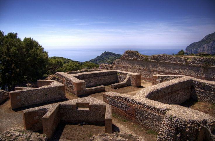Al noreste de Capri, en la cima del Monte Tiberio se emplaza Villa Jovis, un palacio construido por el Emperador Tiberio. La construcción se adapta a la perfección a la naturaleza del suelo, con varios desniveles y terrazas.