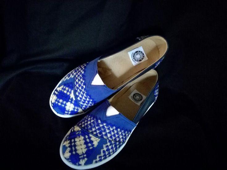 Tenis con bordados Mexicanos En venta aquí: http://xn--tejiendosueos-skb.com/ Tienda online