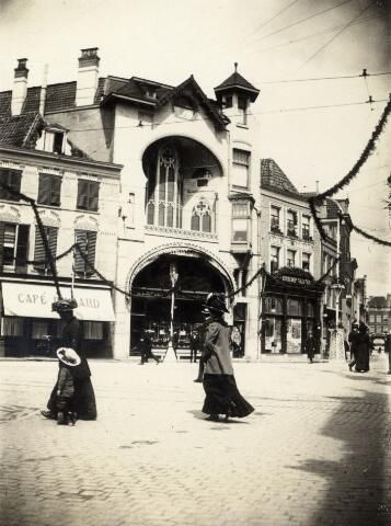 1911. Gezicht op de versierde voorgevel van De Liefde's Centraal Apotheek (Voorstraat 6) te Utrecht ter gelegenheid van de lustrumfeesten bij het 55e lustrum (275-jarig bestaan) van de universiteit te Utrecht.