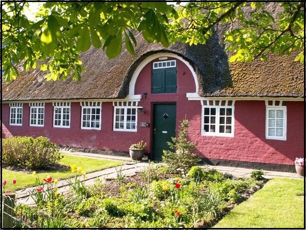 Husene og deres indretning  I årene fra 1800 – 1850 erstattedes bindingsværk med grundmurede vægge. Hvor tidligere vægstolperne stod, forstærkede man murene med en murpille