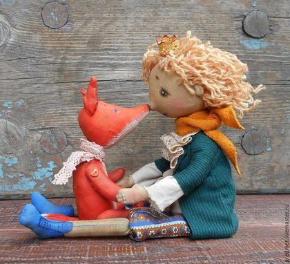 Купить или заказать Маленький принц в интернет-магазине на Ярмарке Мастеров. '...Таким был прежде мой Лис. Он ничем не отличался от ста тысяч других лисиц. Но я с ним подружился, и теперь он — единственный в целом свете.' (Антуан де Сент-Экзюпери, 'Маленький принц') Вот и у меня появился мой Маленький принц со своим верным другом Лисом. Как всегда сшиты из хлопка, Мальчишка тонирован кофе и корицей, у него поворачивается голова, а ручки гнутся, ножки на пуговичном креплении.