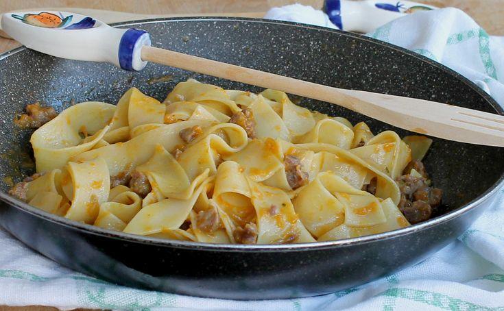 Pappardelle con crema di zucca e salsiccia, il primo piatto facile veloce e gustoso che mette tutti d'accordo. Senza formaggi e senza lattosio.