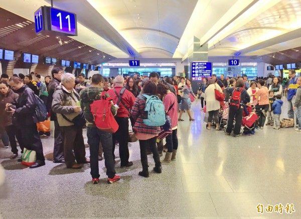 我國護照可在161個國家及地區,享免(落)簽及電子簽證等簽證便利待遇。不過外交部提醒,利用簽證便利入境他國應注意相關規定,一旦被發現與規定不符或涉嫌不法,可能會被拒絕入境、留置或遣返回國。圖為桃園機場。(資料照,記者王孟倫攝)