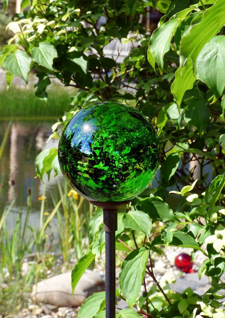 Strahlende Glaskugel auf einem Dekostab mit Hütchen, klar - Gärten für Auge & Seele