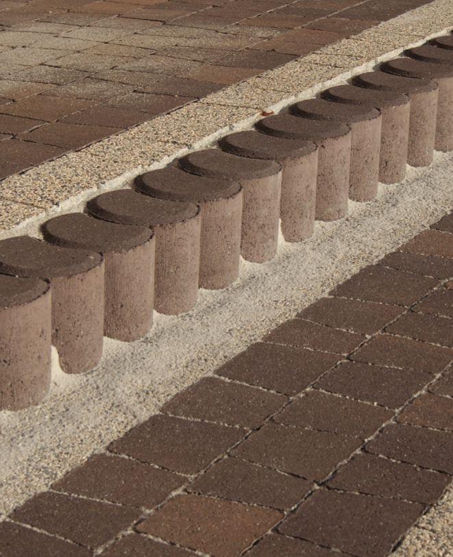 Na zdjęciu projekt z wykorzystaniem kostki dekoracyjnej Granit Płaski w kolorze mix czekolada.  #kostbet #czekolada #granit #kostka #ogród #garden