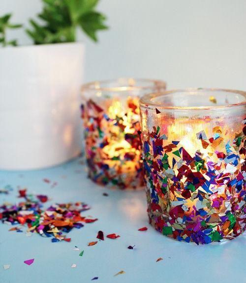 Teelichtdekoration aus Bastelleim und bunter Folie >> faschingsdeko zuhause windlichter konfetti kleben idee basteln