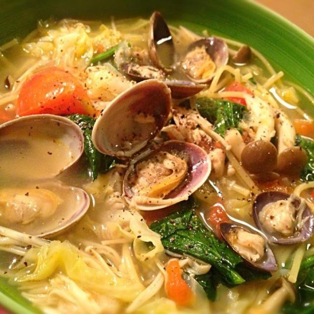 ニンニクをじっくり炒めた後に野菜投入。スープはあさりとしじみの他にツナでコクをプラス。麺の半量を乾煎りしたしらたきとエノキ、千切りのキャベツで代替えしボリュームを。 最後に塩麹と白醤油で風味がさらにアップ。 ほとんどが野菜のヘルシーなパスタ。 - 22件のもぐもぐ - あさりとしじみとトマトのダイエット塩麹スープパスタ by sakichan63
