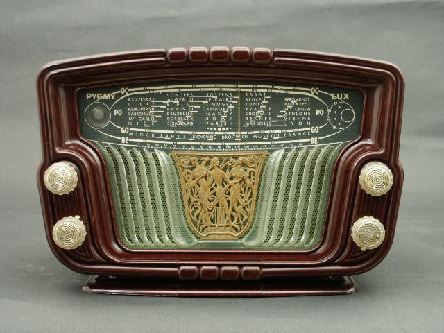 French radio Pygmy Lux (1953). Exquisite detail, modern plastics. source: radio…