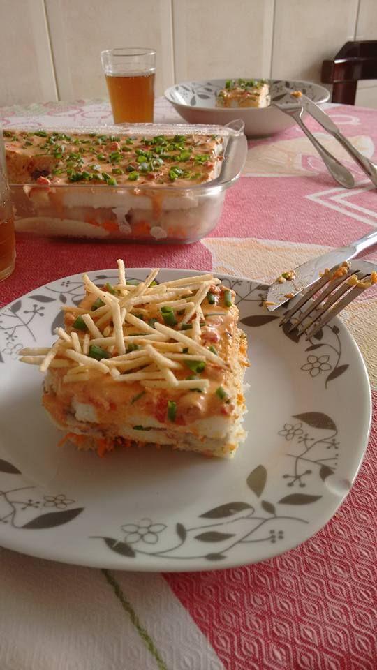 Torta gelada de maionese vegana de 3 camadas!!! Primeira maionese de azeitona preta; Segunda maionese de cenoura; Terceira maionese de pimentão e jalapeno. Vc vai intercalando com pão de forma sem casca. Vc pode decorar com cebolinha, batata frita ou os dois, fica uma delícia! A receita da maionese está no site: https://www.youtube.com/watch?v=RzzDv0FYXzI Taís Boonen