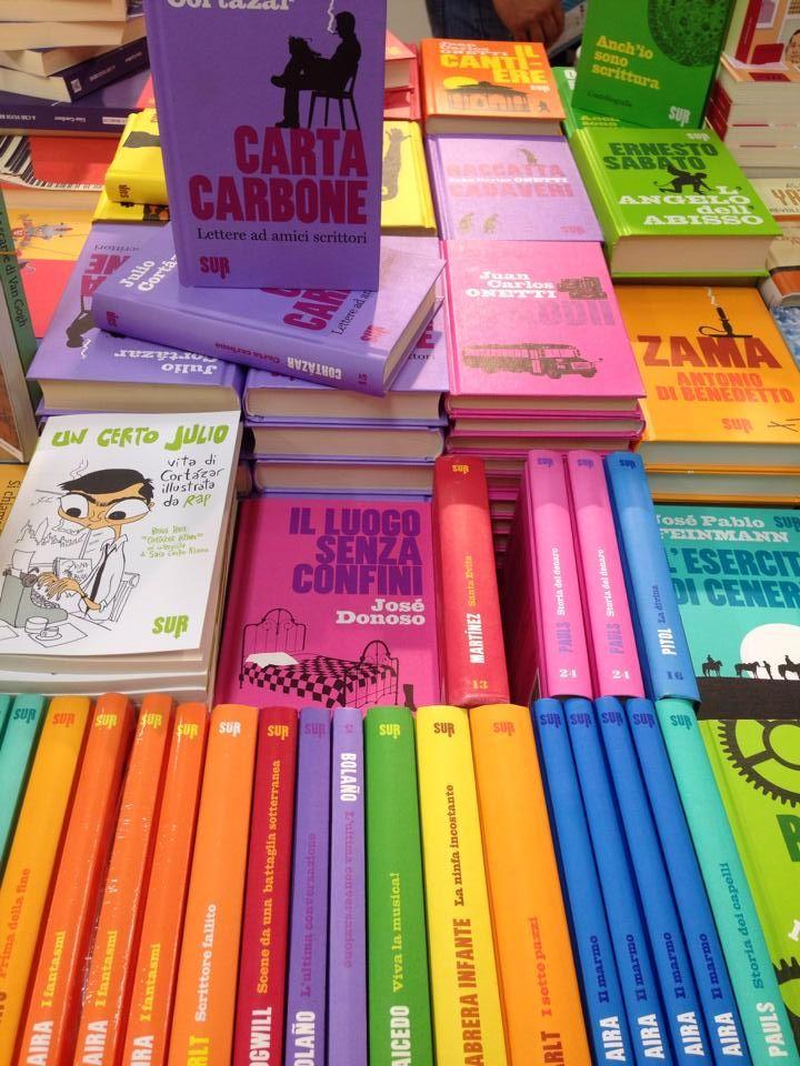 Il coloratissimo stand di SUR al Pisa Book Festival
