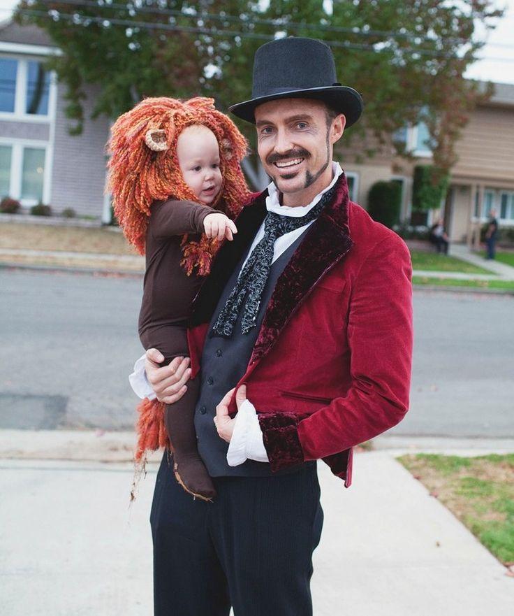 Vater und Baby als Dompteur und Löwe verkleidet