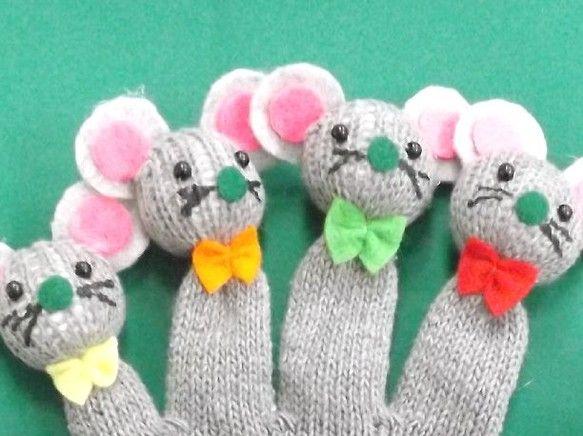「1匹の のねずみ」の手遊びセット(手袋シアター)です。右手は、のねずみが5匹、左手は、あなぐらとなっています。子どもたちと一緒に「1匹の のねずみが あなぐ...|ハンドメイド、手作り、手仕事品の通販・販売・購入ならCreema。