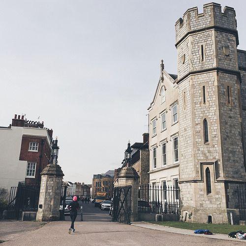 nalblog.com nalブログ。写真と旅と言葉たち。イギリス一日旅行 ウィンザー 城下町の風景 - 中編。さてさて、お城見学の前にウィンザーファーム、オールドウィンザーと散策しました。  このウィンザープチ旅の前編については、次の記事をご覧ください。 ↓↓↓ プチ旅 - ロンドンからウィンザーへ - 前編   さてついに、お城を目指します!   ランチを食べて、オールドウィンザーからお城までは歩いてさらに1時間ほどだったので、バス停でバスを待つことに。  しかーし、バスは30分後……。  じゃあどうする?  天気もいいから歩きましょう!    オールドウィンザーからウィンザー城までの道のり バス停にあった周辺地図を見てみると、お城の西側に城下町があります。右手に農場を眺めながらA308の道を30分ほど歩くと、お城への道、Windsor Great Park、ロングウォーク(the Long Walk)へと突き当たります。   The Long Walk runs south from Windsor Castle to the 1829 Copper Horse…