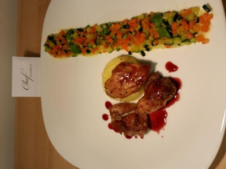 Quaglia rosolata con riduzione di vino rosso con pure di patata e brunoise di legumi