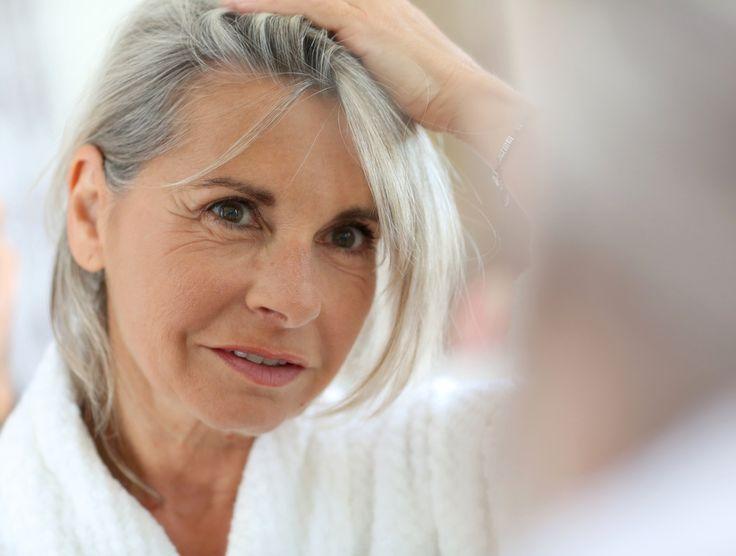"""Vo všeobecnosti však vlasy pomaly """"starnú"""" odtridsiatky. Prirodzene tmavé odtiene šedivejú pomalšie. Obsahujú viac pigmentu adlhšie im trvá, kým oň prídu."""