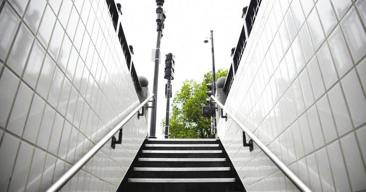 ¿Cómo instalar un pasamanos paso a paso?. Si tienes una casa con una escalera, puedes mejorar la seguridad si instalas un pasamanos. Sin un pasamanos, con tan sólo un simple movimiento puedes caerte o tirar todo lo que estás llevando, posiblemente lastimándote en el proceso. Instalar un pasamanos te da un lugar donde apoyarte al subir y bajar los escalones. En algunos estados, es un ...
