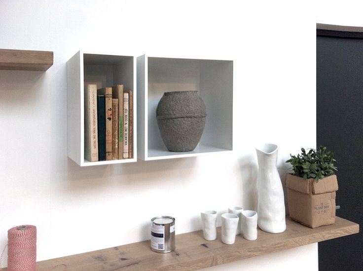 Snel wat extra ruimte, voor een accessoire of je boeken. In combinatie met een zwevende houten wandplank in massief eiken. Betaalbare oplossing van www.houtmerk.nl