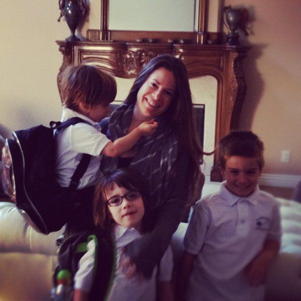 ?Holly Combs with her kids