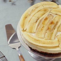 De monchoutaart Bastogne met banaan is een goed recept voor een feestelijke gelegenheid. Het stuk gebak ziet er niet alleen verzorgd uit, maar smaakt ook.