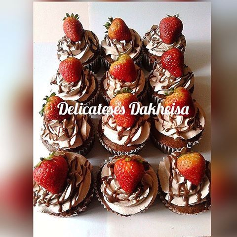 Cup Cakes de Chocolate relleno de chocolate y decorado con chantilly y  fresa #delicatesesdakheisa #cupcakes #ponquesitos #fresa #chocolate #fresaconchocolate #chef #reposteria #talentovenezolano #hechoenvenezuela