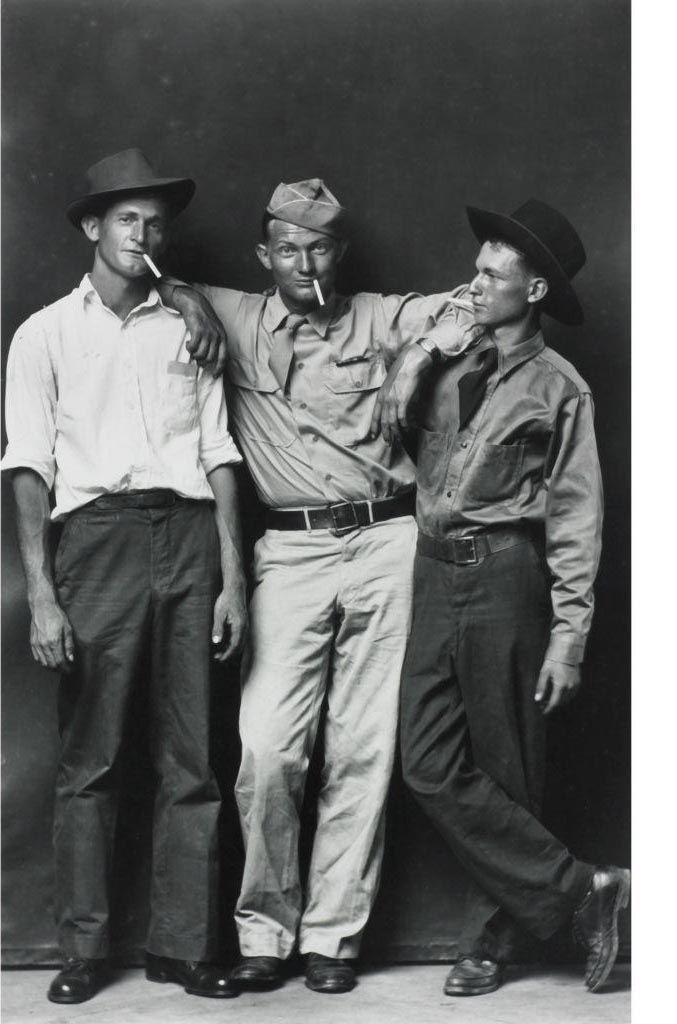 Mike Disfarmer - Homer Eakers, Loy Neighbors, Julius Eakers. Brothers-in-law. 1939-1946. Colección Martin Z.Margulies