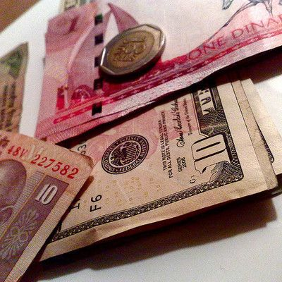 Як називається валюта Еквадору? долар США! Як і в Панамі, офіційною валютою Еквадору є долар США. Перехід від Сукре на долар у 2000 році дозволив країні стабілізувати економіку. Еквадор виробляє власні монети сентаво, які відповідають розміру і вартості центів США.