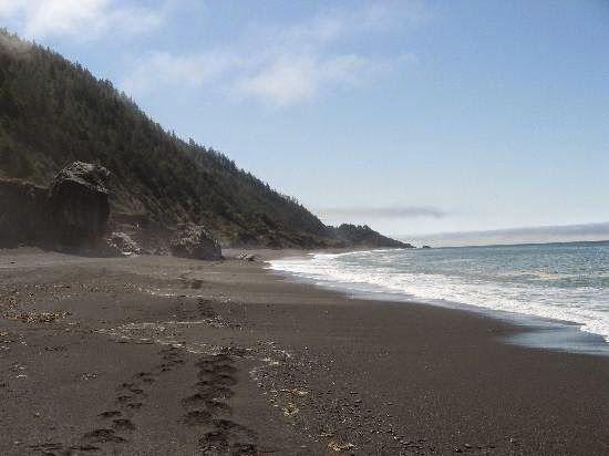 Shelter Cove (EUA): Na Califórnia, essa praia com areia acinzentada é resultado da erosão de arribas de xisto de rochedos em suas proximidades.