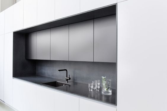 Kitzenin ihana keittiö, jossa musta Corian-syvennys: