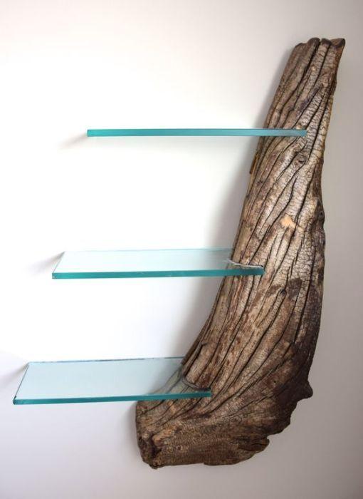 Коряга может стать отличным основанием для стеклянных полок.
