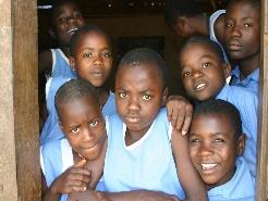 Project in #Kameroen, Met dit project worden kinderen ondersteund om naar school te kunnen gaan. Het project omvat schoolkosten voor een kind per jaar, medische check-ups, oog- en tandzorg en training aan ouders van de kinderen.