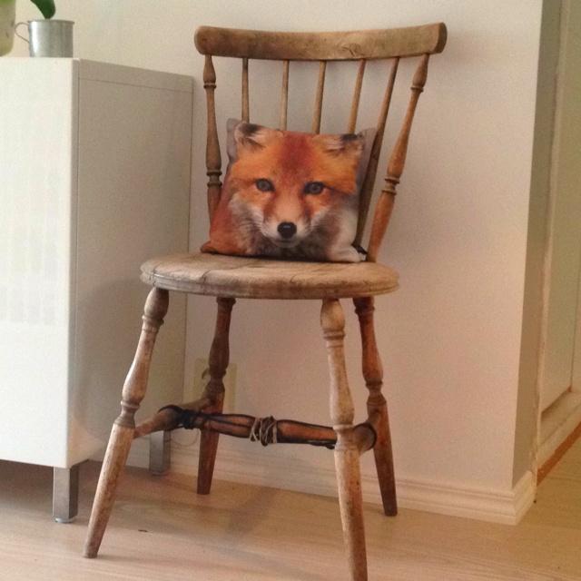 Denne stolen og to til har vi arvet av min manns mormor.