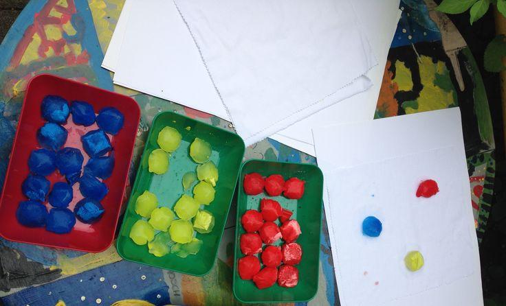 Wasser mit Fingerfarbe gemischt. Dann abgefüllt in Eiswürfelbeutel und eingefroren.