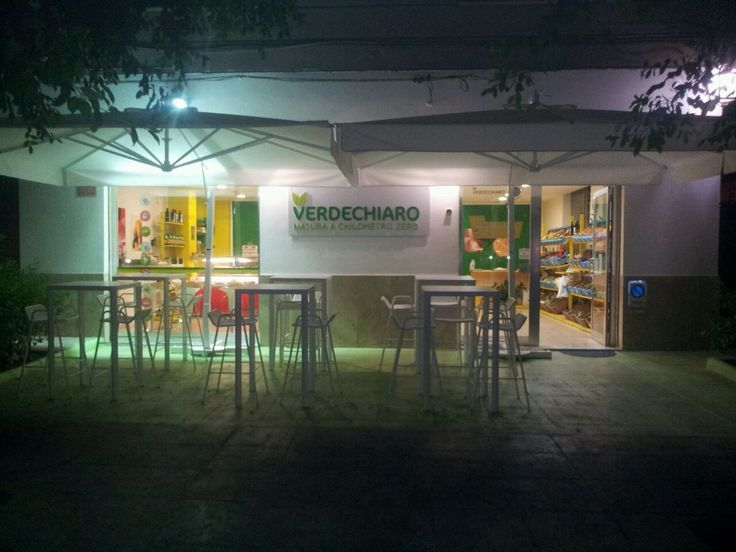 Verdechiaro è la prima Frutteria Biologica , di Daniela e Nello, nata a Palermo il 20 Marzo 2014, specializzata nella vendita e trasformazione di frutta e verdura fresca Biologica , offriamo centrifugati, insalate,frullati, macedonie, panini , primi e secondi, il tutto per soddisfare i palati degli Onnivori ,  dei Vegetariani, dei Vegani e anche dei Crudisti, rispettando la filosofia del Km 0.  Si trova a PA Piazza Leoni.5 tel.0912525291