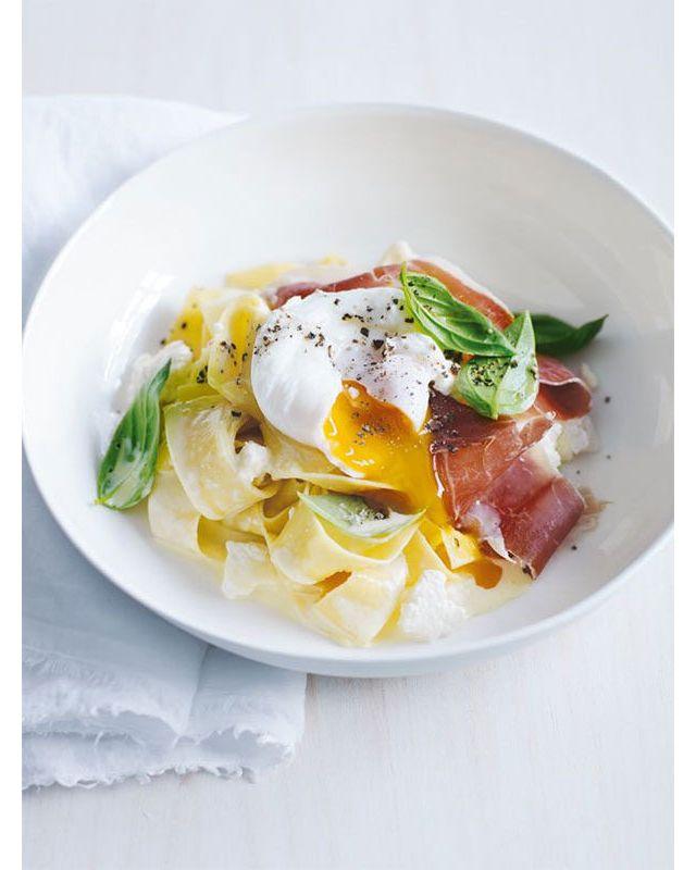 Pates crémeuses, œuf, jambon cru et basilic
