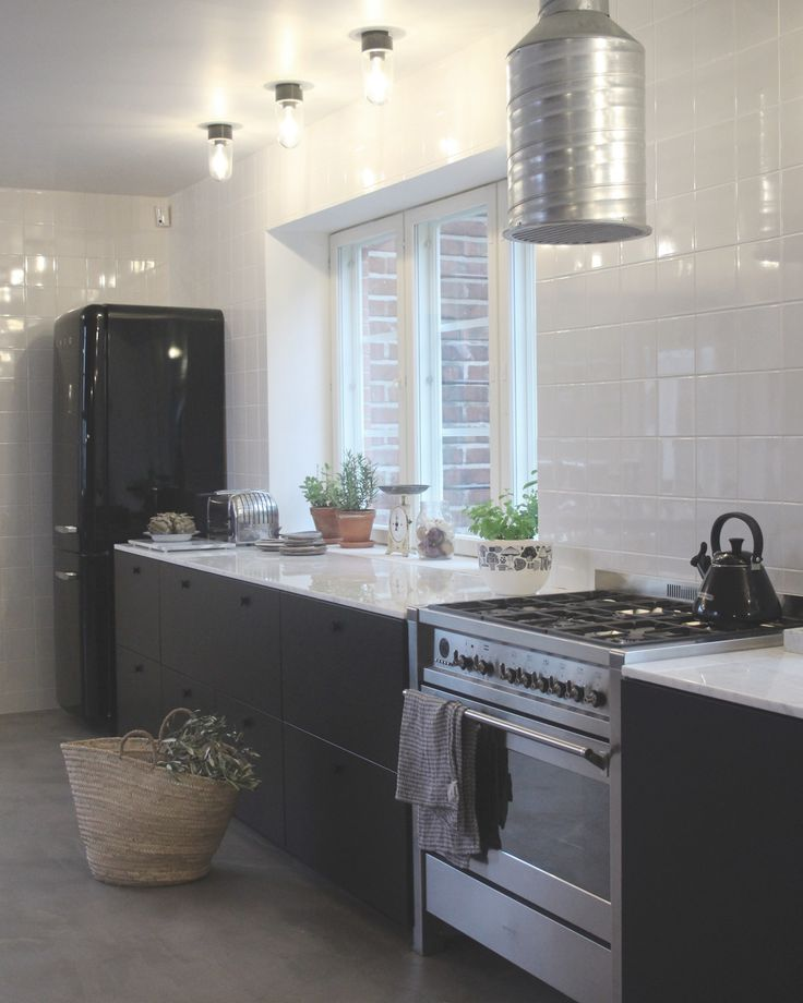A.S.Helsingö INGARÖ kitchen in Midnight Black with black PARASOL handles. Built on IKEA METOD cabinet frames.