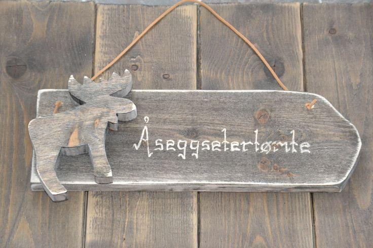 Skilt med valgfri tekst produseres og selges hos www.kagens.no Dørskilt, skilt til do, bad, wc, hytte, velkommen skilt, andre gaveartikler.