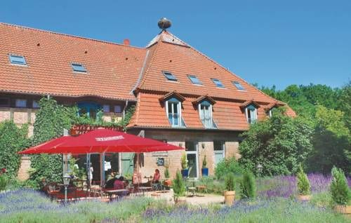 Insel Usedom G Mellenthin Situated in Mellenthin, this apartment is 300 metres from Mellenthin Castle. Guests benefit from terrace. Free private parking is available on site.  A fridge and a stovetop can be found in the kitchenette. A TV is featured.