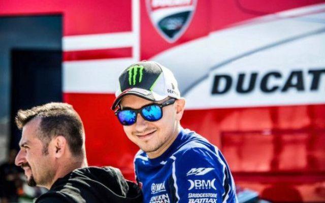 Le 12 cose che non sai su Jorge Lorenzo, l'uomo del futuro Ducati Jorge Lorenzo è un pilota e un uomo che nasconde mille sfaccettature. Dalle ambizioni, alle curiosità sulla sua determinazione, sul suo casco, sulla sua casa e sul rapporto con Yamaha e con la MotoGP