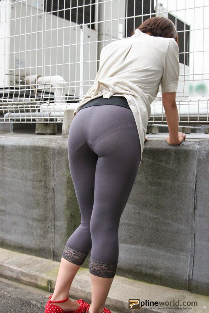 Form Fitting Leggings With Visible Panty Line Underwear