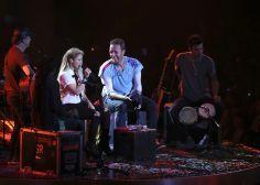 VIDEO: Shakira pone a cantar en español a Chris Martin