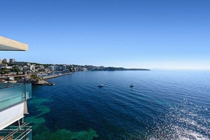 Beautiful apartment with a breathtaking view of the sea and direct acces to the beach