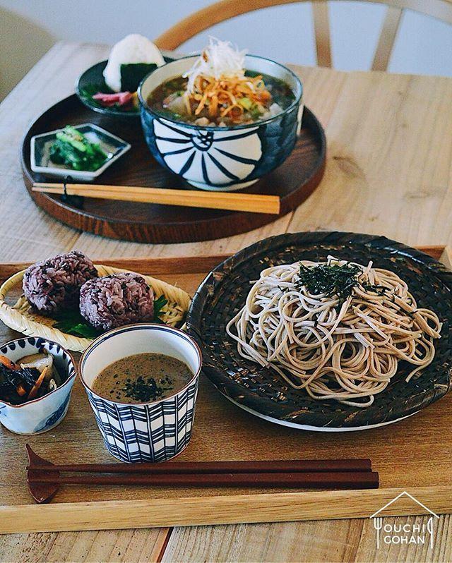 ouchigohan.jp 2017/12/28 13:19:44 【 #おうちごはん通信 】photo by @natsu_motoi . 本日公開のデリスタよみものは、日々シンプルで身体に優しいごはんを投稿されている @natsu_motoi さんによる年越しそば🥢 . 今回のテーマは「一年お疲れ様でしたの年越しそば」。 今年も1年頑張った自分の身体を労わる温かいあんかけそばと「黒の食材」を使った冷たいざるそばの2種類をご紹介いただきました✨🙌 . 旬の食材をたっぷり使った滋味なそばで、今年を締めくくってくださいね☺️❣️ . -------------------------- ◆おうちごはん記事はプロフィール欄から見てくださいね。 https://ouchi-gohan.jp/1261/ . ◆#デリスタグラマー #delistagrammer を付けて投稿すると紹介されるかも!スタッフが毎日楽しくチェックしています♪ . [staff : おたつ] --------------------------- . #おうちごはんデリスタライター #ouchigohan…