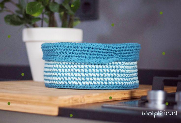 Ontdek het gratis patroon om een mandje te haken op Wolplein.nl. Gemaakt met Yarn and Colors Epic en speciaal voor oktober woonmaand.
