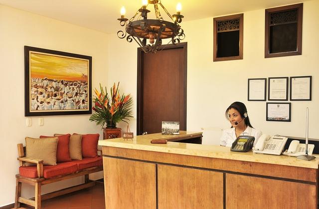 Recepción de nuestro hotel, tiene una decoración cálida. En esta zona se atienden a nuestros clientes con calidad y eficiencia.
