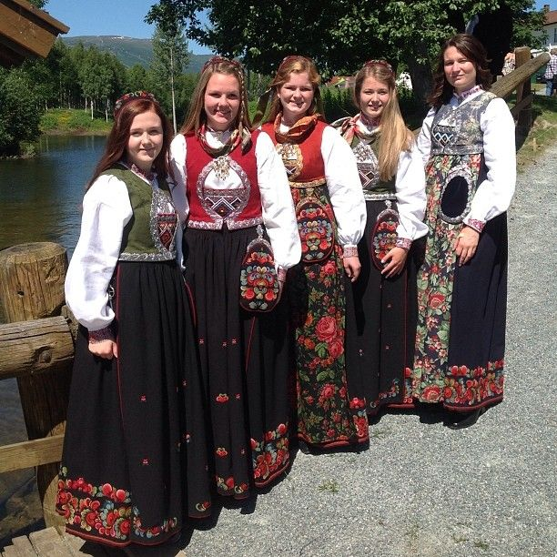 Damene ved broen :-) #kongeborden#bunader#bunadstua#krødsherad#norefjell